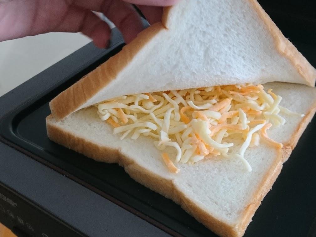 予め焼くことでチーズをトロトロに溶かします。